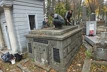 na grobach leśników