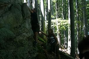 Sten probuje wspiąć się na skałę. Oby każdy starszy pan miał taka fantazję