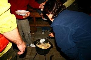 zawartość kociołków gotowa i każdy dostaje słuszną porcję przepysznej strawy