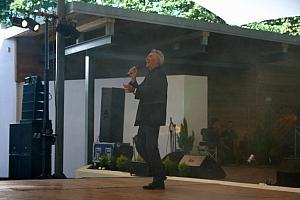 Tomasz Szwed wita zgromadzonych w amfiteatrze