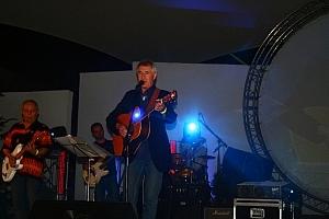 Tomek śpiwał już na zakończenie festiwalu. Zaśpiewał kilka piosenek, min ...