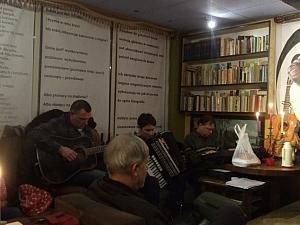 Piotr Chmielewski (gitara), Agnieszka Sońta (akordeon) i Tomasz Stanisławski (klaswisze)