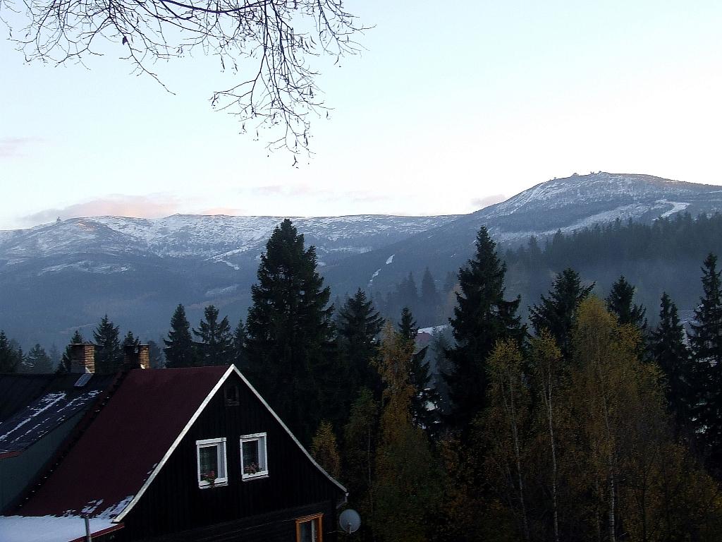 Widok na Śnieżne Kotły, Łapski Szczyt i Szrenicę