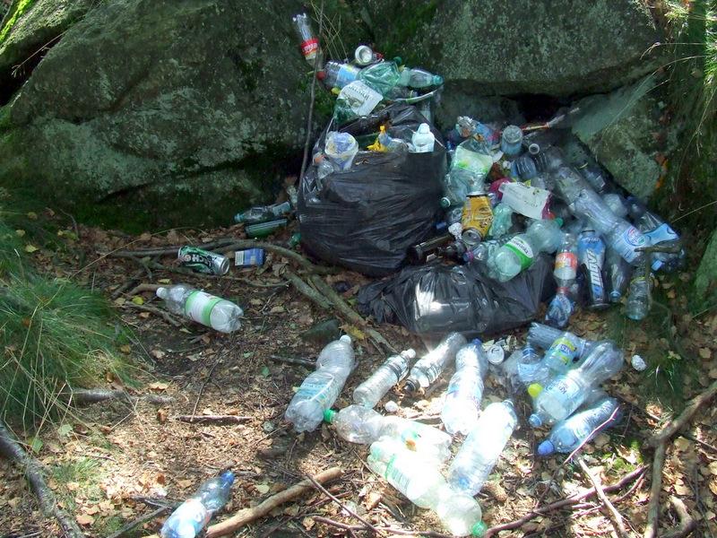 śmieci na szczycie Ślęży, fot. Teresa Podgórska
