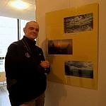 Autor na wystawie pokonkursowej przy swoich fotografiach
