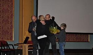 Miłosz Kowalewski z synem gratulują Małgosi Książkiewicz wystąpienia