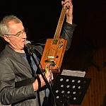 Instrument wykonany z pudełka od cygar - Tomek jest bardzo dumny z tego instrumentu