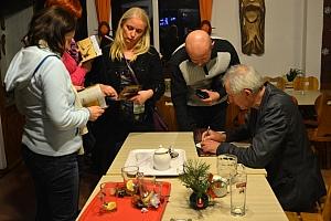 Organizatorzy i gospodarze Domu Turysty w podziękowaniu wręczają na pamiątkę Ślężańskiego niedżwiedzia