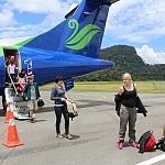 Autor  fot. Andrzej Węgiel. Przylatujemy do Mulu malezyjskimi liniami Maswings. Niewielkie lotnisko wewnątrz dżungli funkcjonuje głównie na potrzeby Parku Narodowego Mulu. Po wyjściu z klimatyzowanego samolotu przypominamy sobie, że tu jest upał.