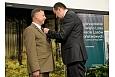 Adam Kwiatkowski, Sekretarz Stanu w Kancelarii Prezydenta RP, przekazuje Złoty Krzyż Zasługi Jarosławowi Szałacie
